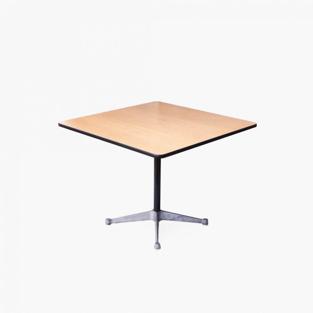 必要最低限のパーツだけでデザインされた、美しく実にシンプルなテーブル。 1958年にチャールズ&レイ・イームズ夫妻によって発表されました。 コントラクトベースと呼ばれるベースは一本の支柱の先から四本の脚が広がったデザイン。 テーブルだけでなく、シェルチェアのベースとしても使われています。 会議用のテーブルとして、作業テーブルとして、もちろんダイニングテーブルとしても、様々な用途に合わせてお使いいただけます。 オーク天板を使ったスクエアテーブルはヴィンテージの中でも珍しいアイテムです。 天板に傷がございます。ベースに塗装の剥げ、錆びがございます。 ヴィンテージ品のため、経年や使用に伴う細かな傷や擦れがございますが、大きなダメージはございません。 現行ではホワイトとブラックのメラミントップ天板のものが販売されていますが、こちらはちょっと珍しいオーク天板。 クールでモダンな雰囲気の中に木のあたたかみがプラスされて、ダイニング用としてご家庭にも取り入れやすいテーブルです。 イームズデザインのシェルチェアとの相性は言うまでもなくばっちり! ~[有名、無名の枠にとらわれず、作りやデザインで物を選ぶならFURUICHIへ]東京都杉並区阿佐ヶ谷北 アンティークショップ 古一 北欧ヴィンテージや. ジャパンヴィンテージ. 人気のブランド家具. 食器や雑貨も取り扱い. 中古・北欧家具・ビンテージ家具・ヴィンテージインテリア・ランプ・USED品・リサイクル・オンラインショップ・ネット通販ならフルイチへ~