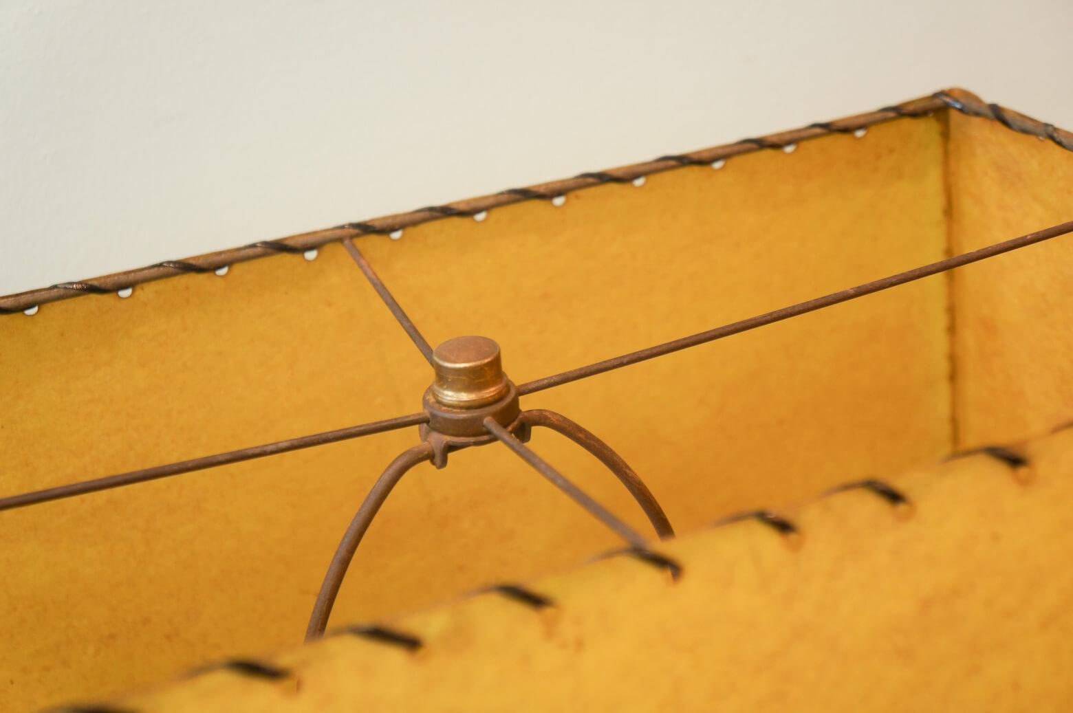 ボコボコとした円錐型のベースが特徴的な、アメリカミッドセンチュリーらしいデザインのテーブルランプ。 セラミック製のベースに施されたゴールドのペイントが個性的なデザインの中に、ちょっぴりゴージャスな雰囲気をプラスしています。ベースと大きな四角いシェードのバランスが面白く、お部屋のアクセントにはもってこいのアイテムです。 海を渡り、何十年もの時を経てきたこちらのランプ、シェードからもれる当時の明かりと温もりはヴィンテージならではの風格です。リビングのサイドボードや寝室のベッドサイドに置き、こなれた感じに個性的な明かりを楽しんでみてはいかがでしょうか♪~[有名、無名の枠にとらわれず、作りやデザインで物を選ぶならFURUICHIへ]東京都杉並区阿佐ヶ谷北 アンティークショップ 古一 北欧ヴィンテージや. ジャパンヴィンテージ. 人気のブランド家具. 食器や雑貨も取り扱い. モデル: 北欧家具、ビンテージ家具、ヴィンテージインテリア ビンテージ家具・インテリア雑貨・ランプ・USED品・ リサイクルならフルイチへ~