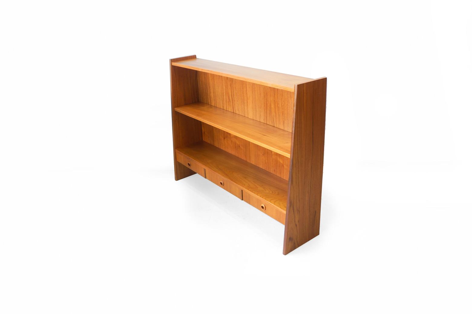 まっすぐで美しいチーク材の木目が目を惹く、スウェーデンヴィンテージブックケース。 背が高すぎず、奥行が狭いスリムなデザインですので、お部屋に圧迫感を与えません。 本を棚一杯にたくさん収納することもできますが、本と一緒に小さなオブジェやフラワーベースなどの小物を飾って、 敢えて余白を作り、チーク材のあたたかみをより一層感じる、という楽しみ方もおすすめですよ♪ 引き出しも付いていますので、細々とした物の整理に便利です。 なかなかコンパクトな本棚に出会えない…という方、ぜひいかがでしょうか? 古いオイルを洗い落とし、新しいオイルでメンテナンスしました。 左側面に傷がございます。 ヴィンテージ品のため、経年や使用に伴う細かな傷や擦れがございますが、大きなダメージはなく、まだまだ永くお使いいただけます。 こちらのブックケースは実はシステムシェルフの一部として使われていました。 下半分のボード部分も一緒に入荷しています。 上下を繋げるとたっぷりと収納ができるシェルフとしてお使いいただけます。 お部屋の広さやお使いの用途に合わせて、ぜひご検討くださいませ! ~【東京都杉並区阿佐ヶ谷北アンティークショップ 古一】 古一/ふるいちでは出張無料買取も行っております。杉並区周辺はもちろん、世田谷区・目黒区・武蔵野市・新宿区等の東京近郊のお見積もりも!ビンテージ家具・インテリア雑貨・ランプ・USED品・ リサイクルなら古一/フルイチへ~
