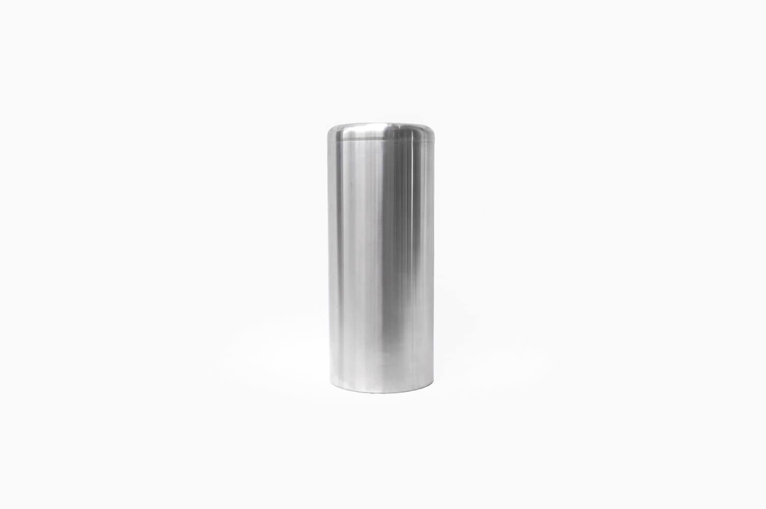 ステンレスがクールな雰囲気を演出してくれる、シンプルなデザインのダストボックス。 中にはワイヤーバスケットが入っており、お手入れやゴミ出しにも便利です。 ゴミを入れるための物だし、お部屋の隅に置いておくくらいだから、デザインなんてどうでもいいでしょ!なんて思っている方、いえいえゴミ箱だって立派なインテリアなんですよ。 たかがゴミ箱ひとつであっても、お部屋の雰囲気を台無しにしてしまうことだってあるんです。 お気に入りのデザイナーズアイテムを並べたとっておきのお部屋、ぜひゴミ箱もインテリアのひとつとしておしゃれなアイテムで揃えてみてはいかがでしょうか♪ 全体的に細かな傷や擦れがございます。 錆、変色がございます。 中のバスケットに塗装の剥がれがございます。 どうしても生活感が出てしまう物でもあるのがゴミ箱… こんな風におしゃれで清潔感のあるものを選べば、お部屋の雰囲気を壊さずインテリアともすんなりと馴染んでくれますよ! ~【東京都杉並区阿佐ヶ谷北アンティークショップ 古一】 古一/ふるいちでは出張無料買取も行っております。杉並区周辺はもちろん、世田谷区・目黒区・武蔵野市・新宿区等の東京近郊のお見積もりも!ビンテージ家具・インテリア雑貨・ランプ・USED品・ リサイクルなら古一/フルイチへ~